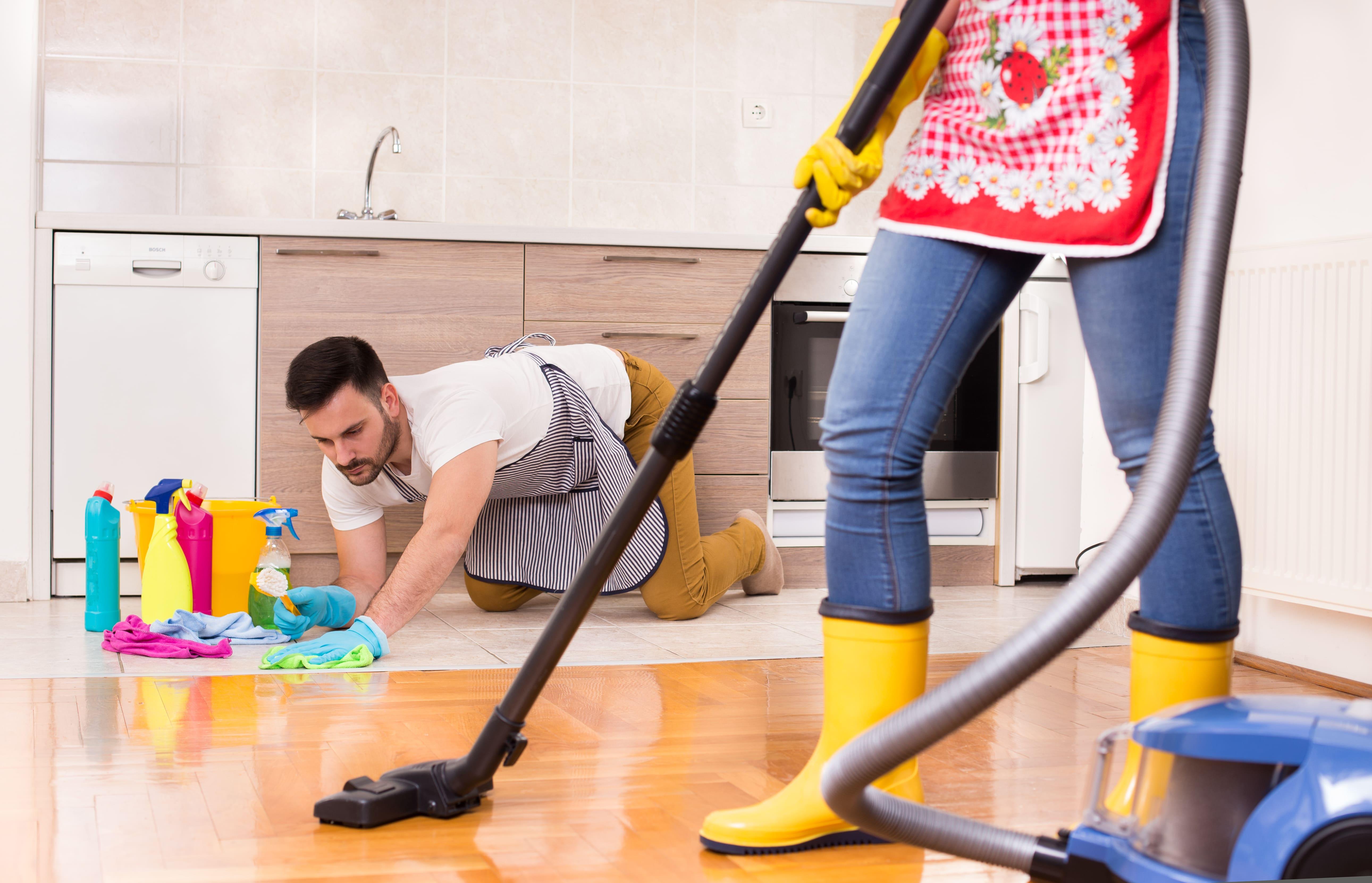 Imagem de dois auxiliares de limpeza limpando um cômodo para inspirar o empreendedor para montar um serviço de conservação e limpeza
