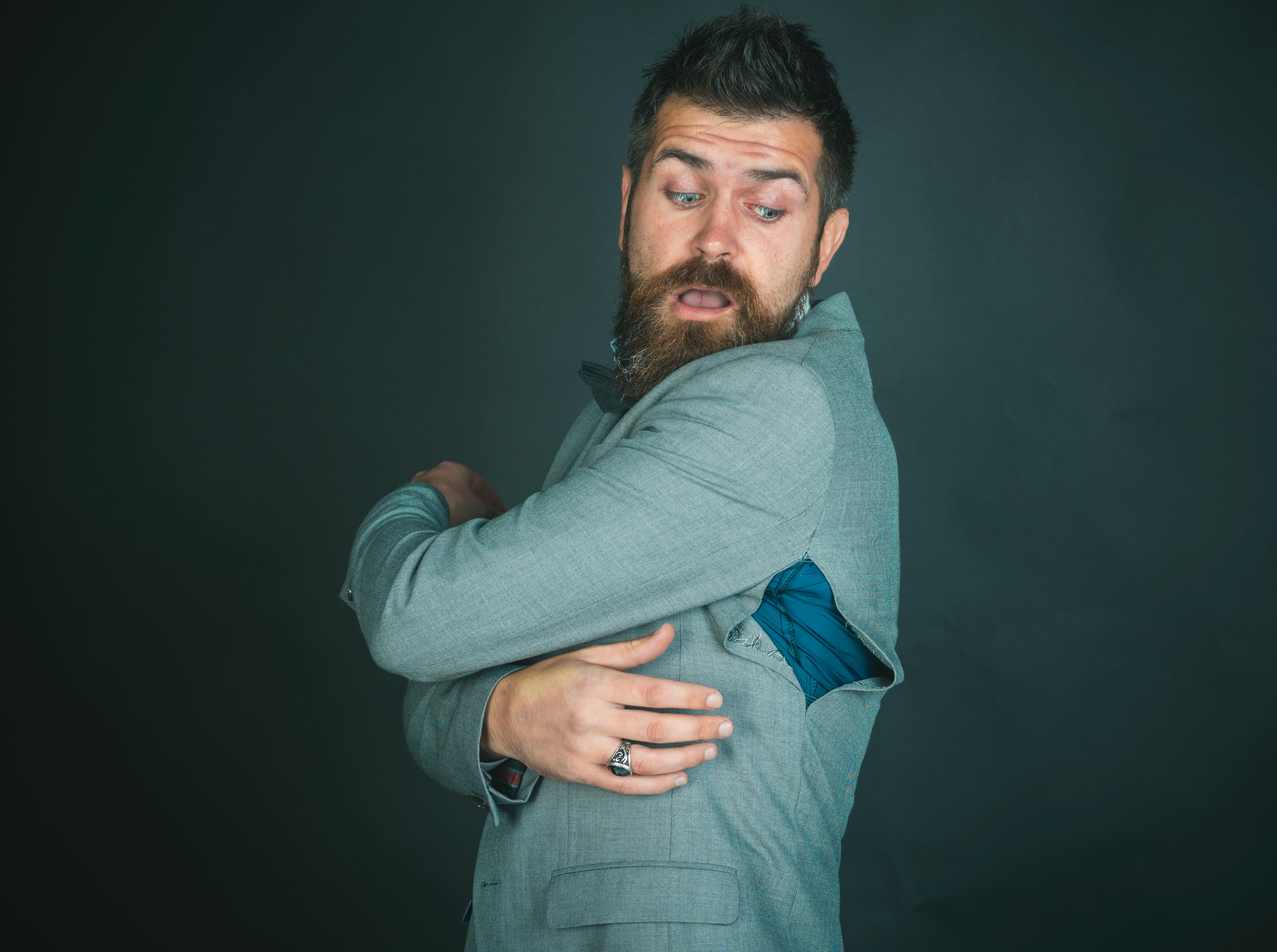 Imagem de uma pessoa com a blusa rasgada para remeter ao texto para abrir uma loja de conserto de roupas
