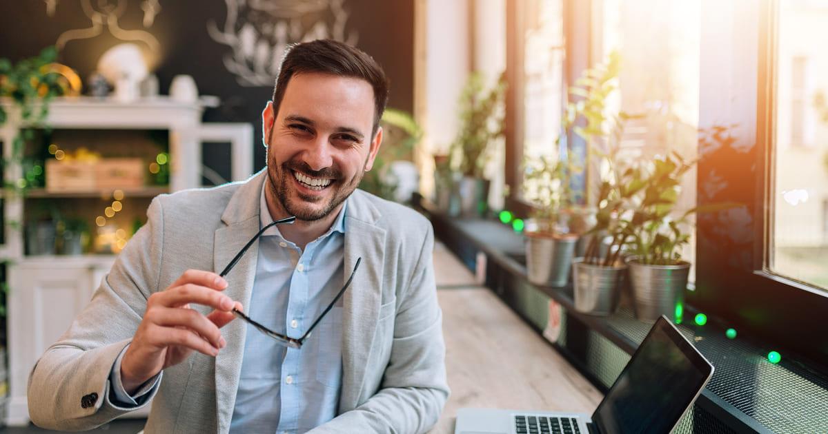 Imagem de uma pessoa feliz para remeter ao empresário que resolveu empreender na Barra Funda