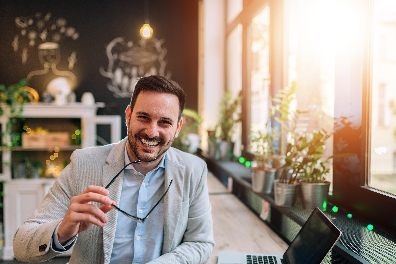 Imagem de um futuro empresário rindo porque resolveu empreender em Barretos e ter bons resultados