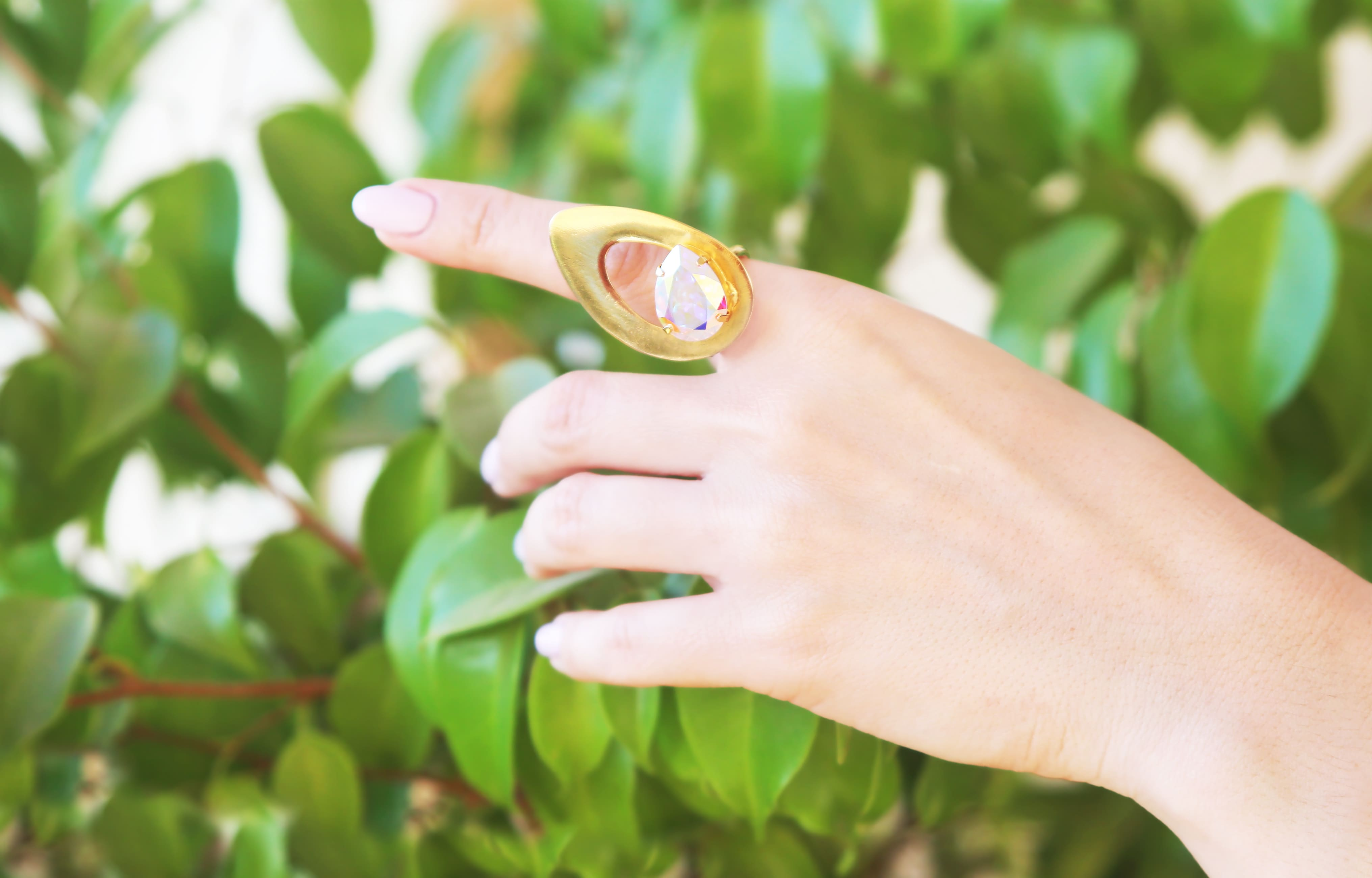 Imagem de uma mulher com um anel folheado para inspirar os empreendedores que desejam abrir uma loja de joias folheadas