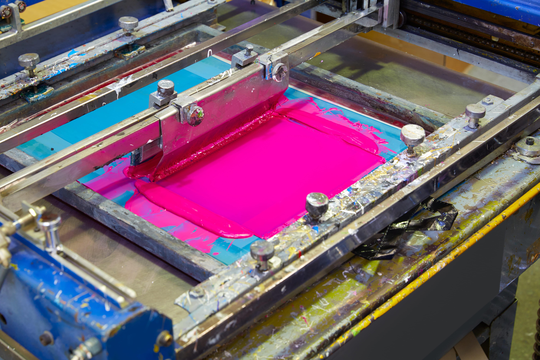 Imagem de uma máquina serigráfica para remeter ao texto que auxilia o empreendedor a abrir uma loja de serigrafia