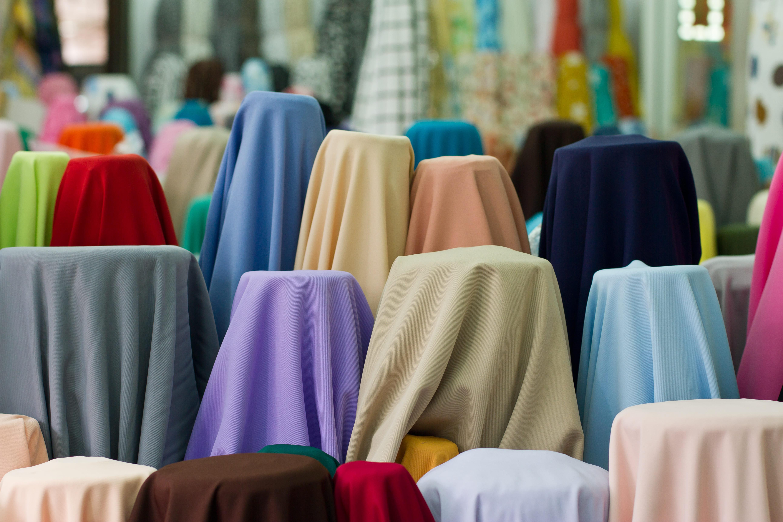 Imagem de alguns tecidos coloridos para inspirar o empresário que deseja abrir uma loja de tecidos