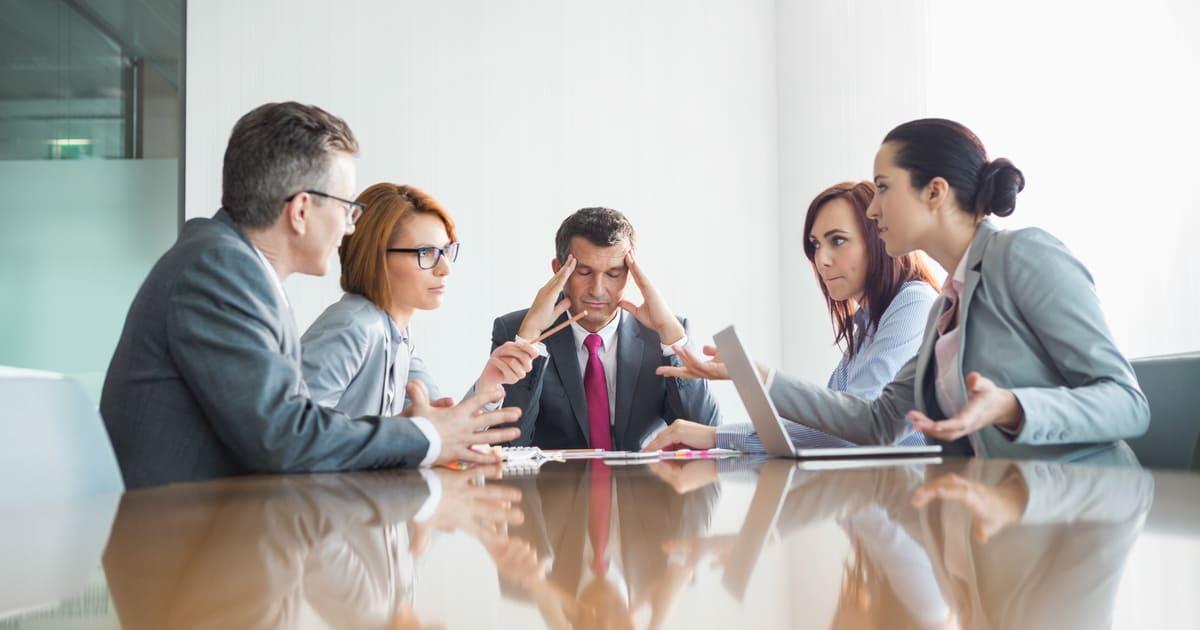 Imagem de uma sala de reunião com alguns colaboradores para implementar a gestão de conflitos na empresa
