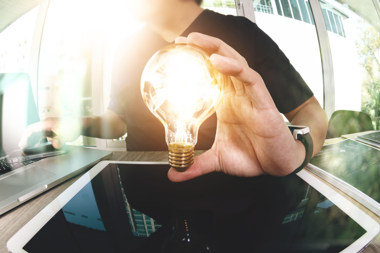 Imagem de uma pessoa segurando uma luz para remeter a uma ideia inovadora para empreender na Barra Funda