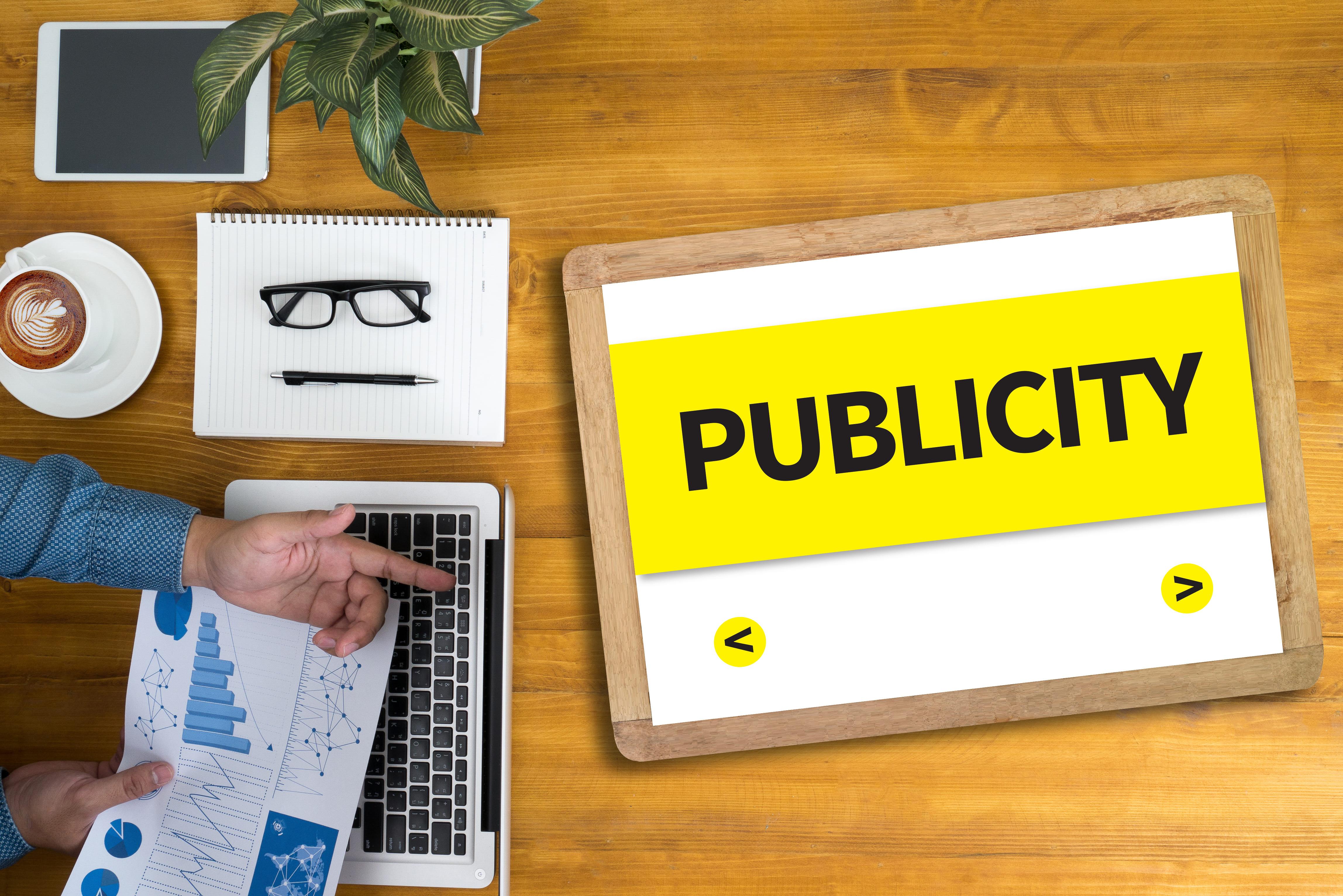 Imagem de um tablet com a palavra publicidade para remeter ao empreendedor que já usou as estratégias de marketing