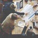 empresários discutindo sobre assessoria contábil