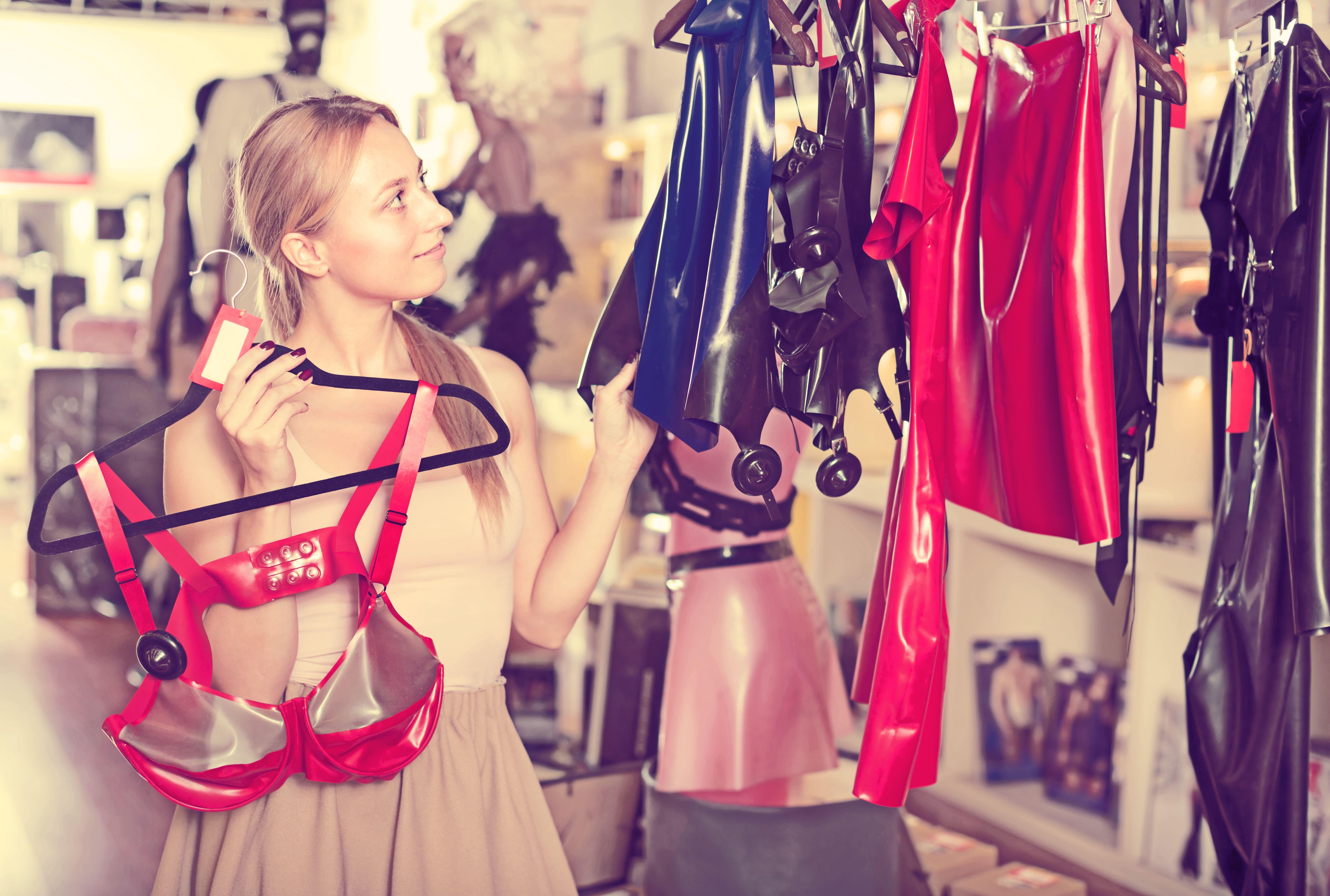 Imagem de uma mulher escolhendo alguns produtos de sex shop para inspirar os empreendedores que desejam abrir um sex shop