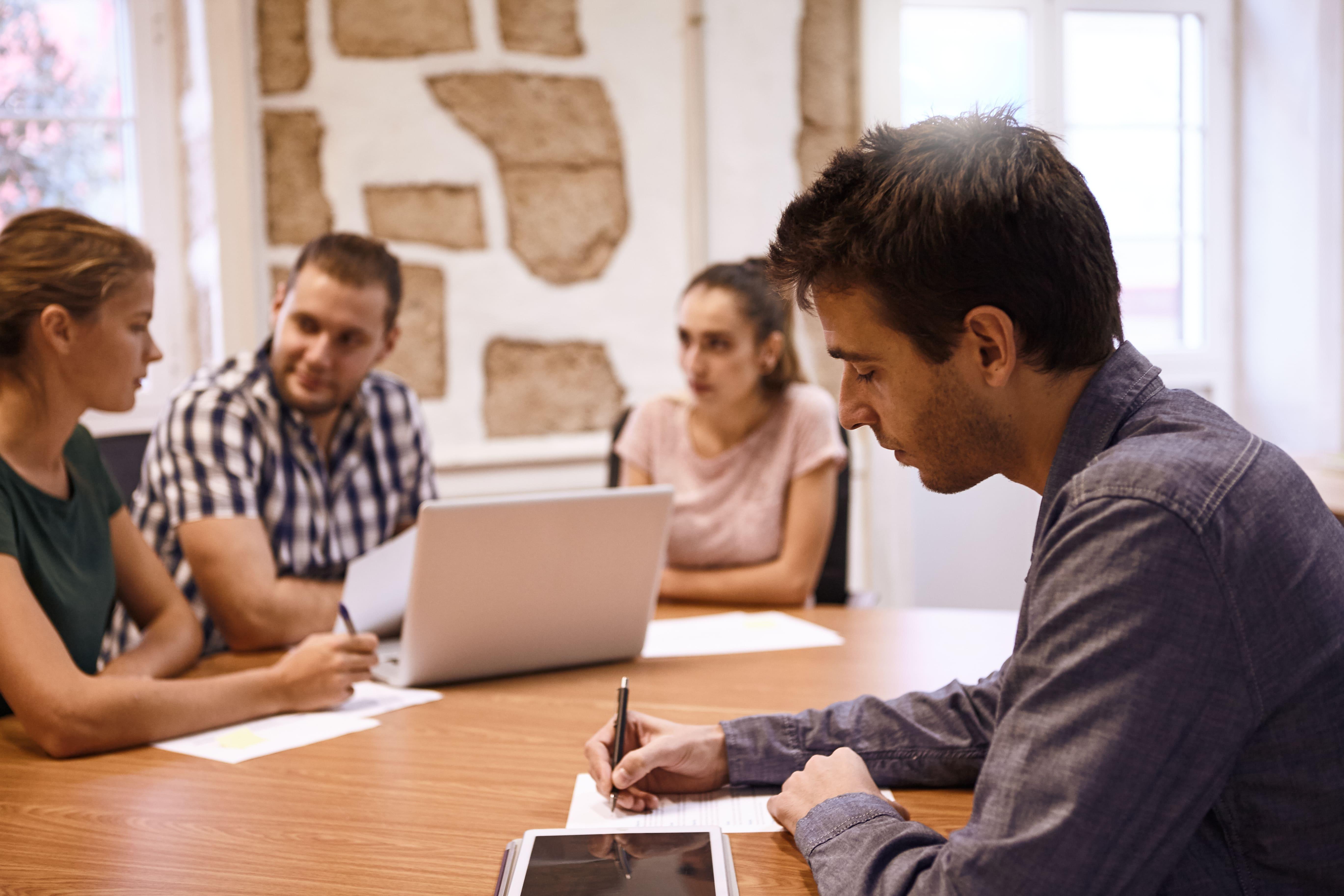 Imagem de 4 pessoas que estão estudando como podem empreender em Capão do Leão