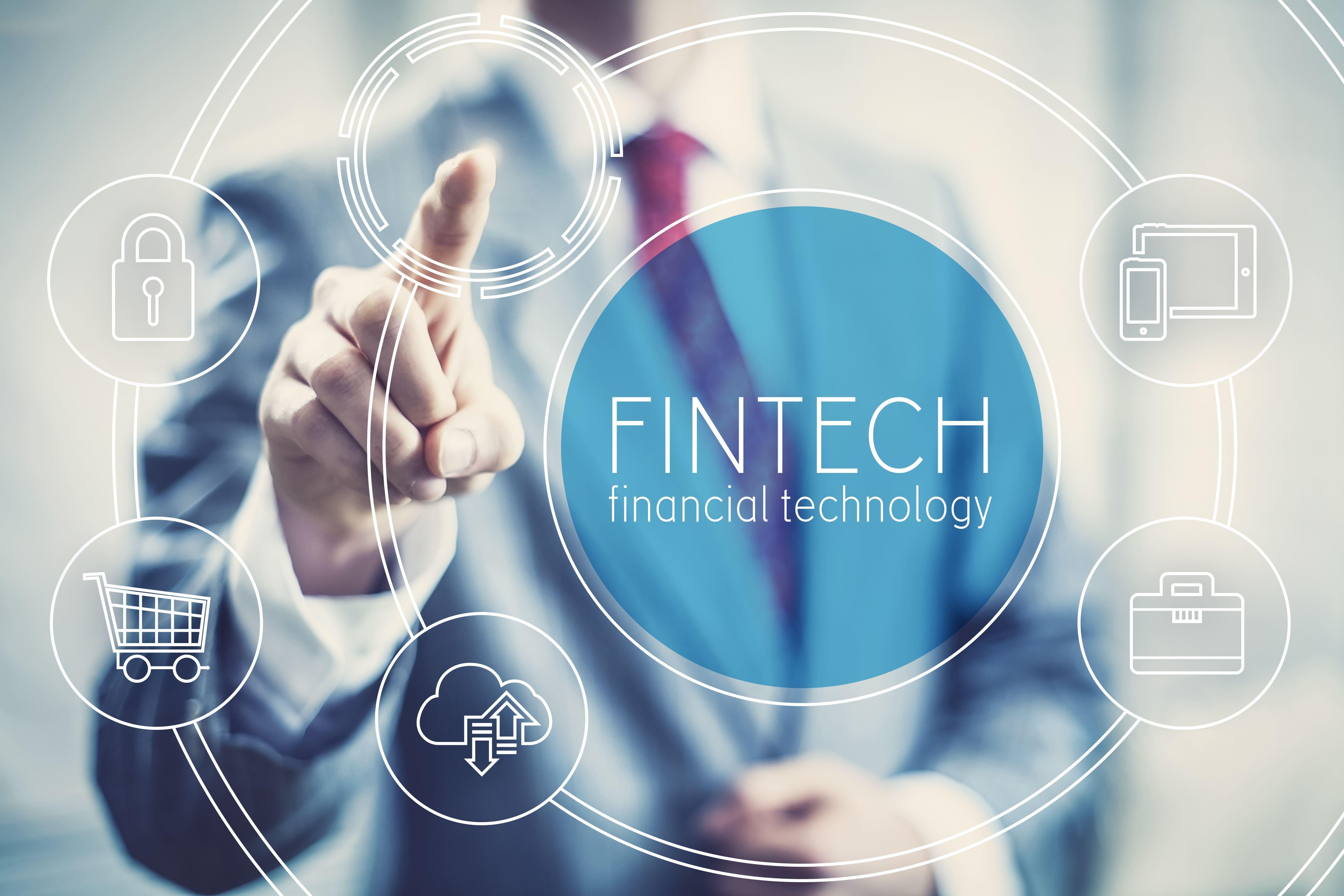 Imagem de um homem clicando em um serviço bancário online para remeter as startups de fintechs