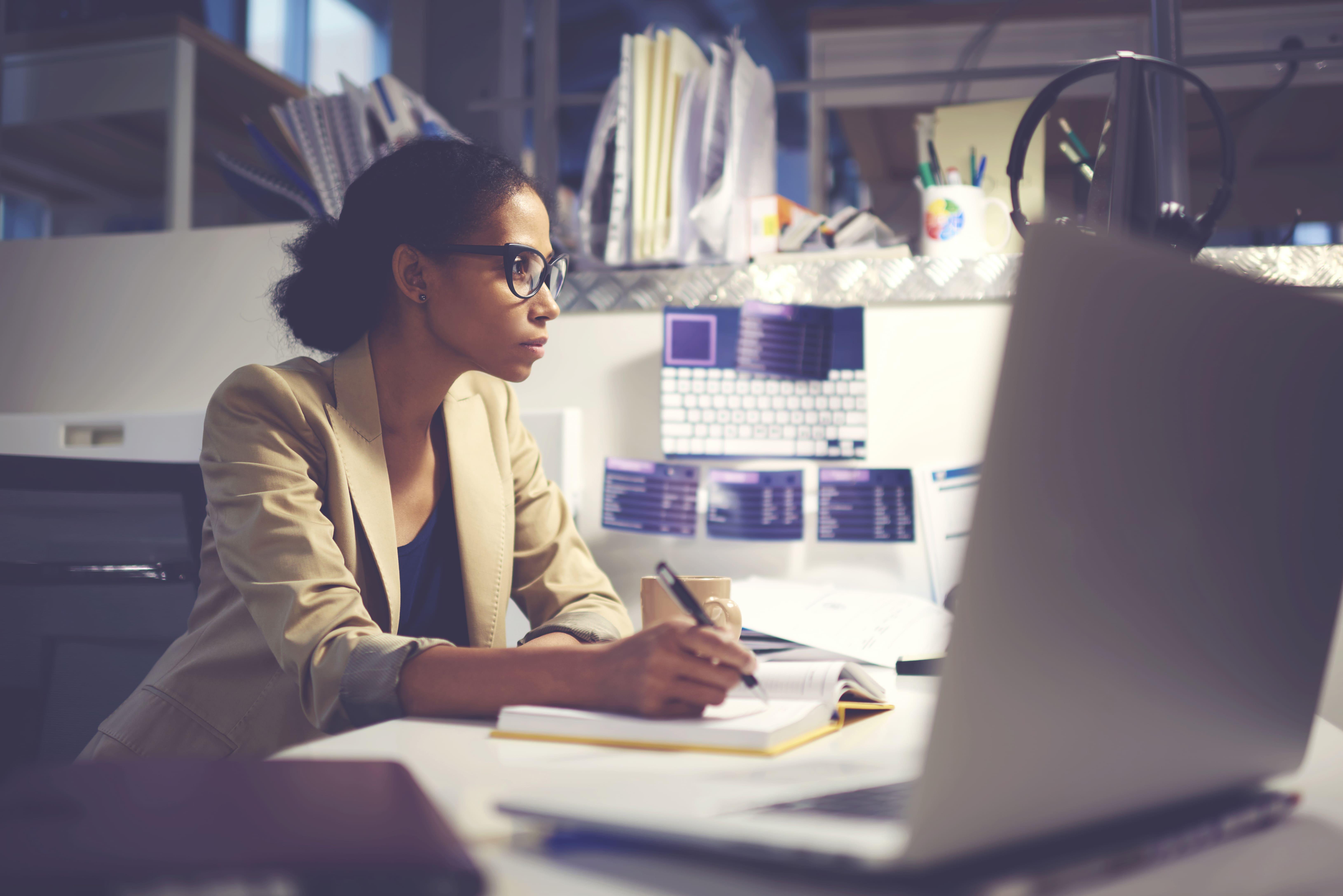 Imagem de uma empreendedora buscando na internet como criar a sua razão de ser da sua empresa