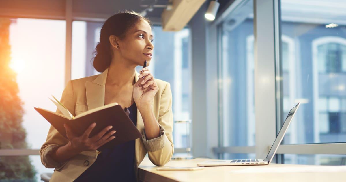 Imagem de uma empresária planejando a razão de ser da sua empresa