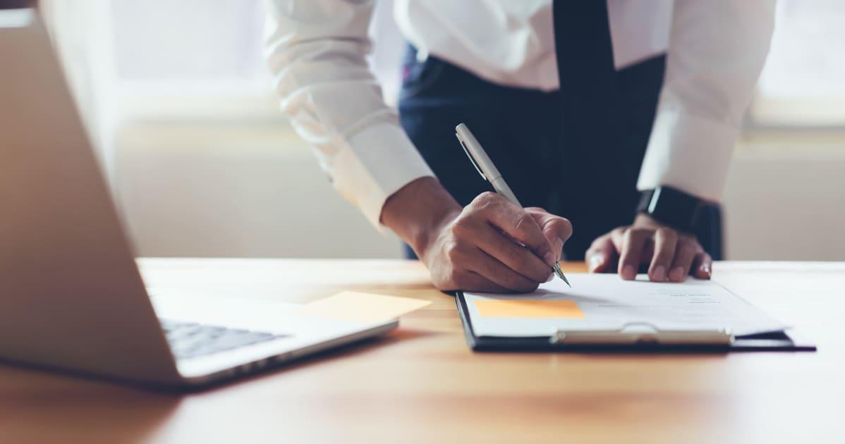 Imagem de um empreendedor assinando um Contrato Social para remeter ao assunto abordado no texto
