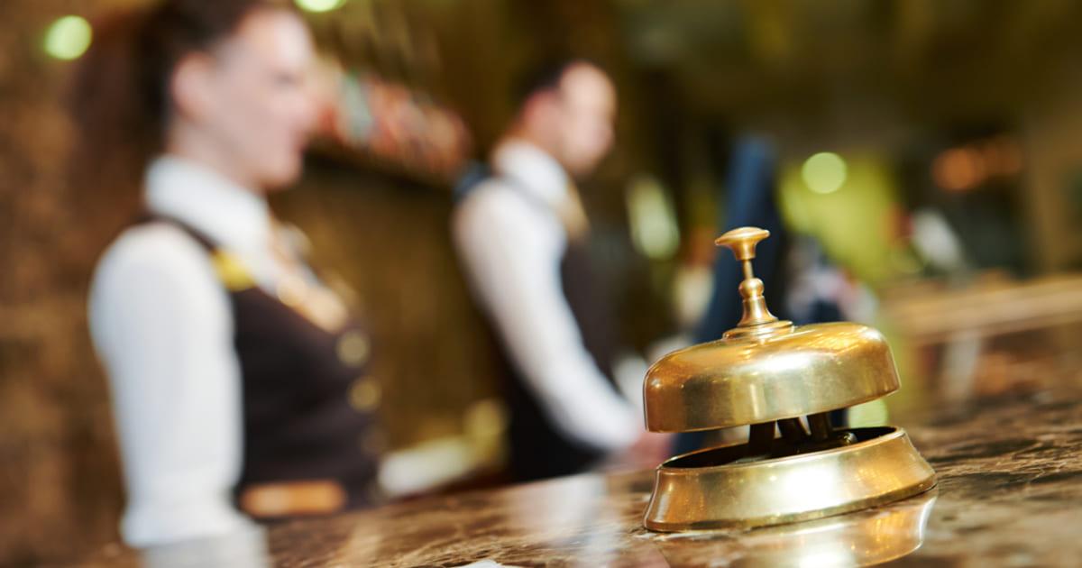 Imagem borrada de atendentes de hotel representando a contabilidade para hotelaria