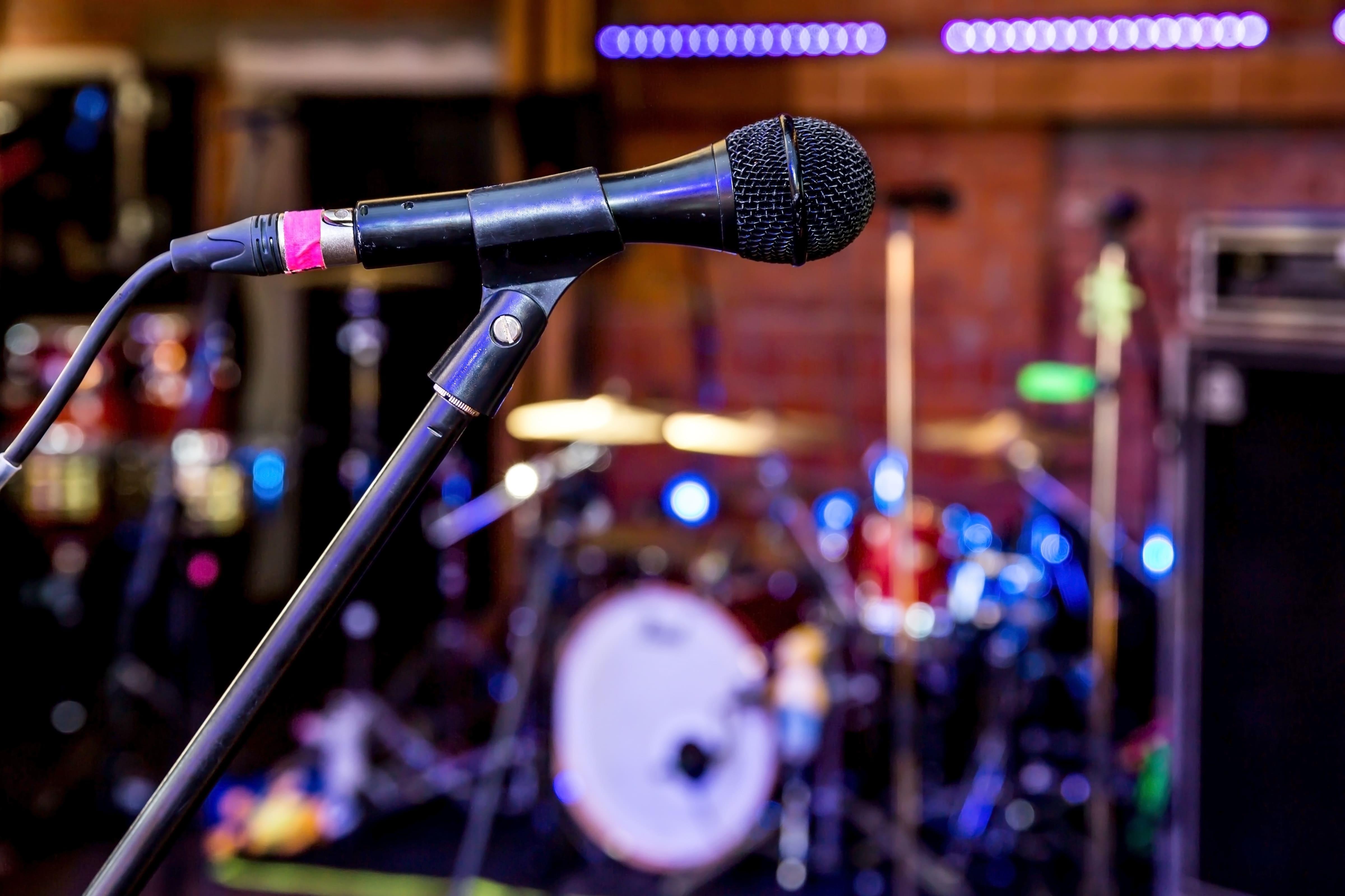 Imagem de um microfone para remeter ao texto que oferece ao empreendedor dicas de como abrir uma loja de locação de equipamentos para shows