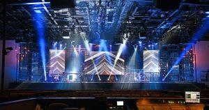 Imagem de uma casa de show cheia de equipamentos para remeter ao empreendedor que deseja abrir uma loja de locação de equipamentos para shows
