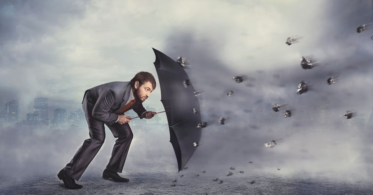 Imagem de um empreendedor se protegendo para inspirar novos empresários na Proteção de patrimônio