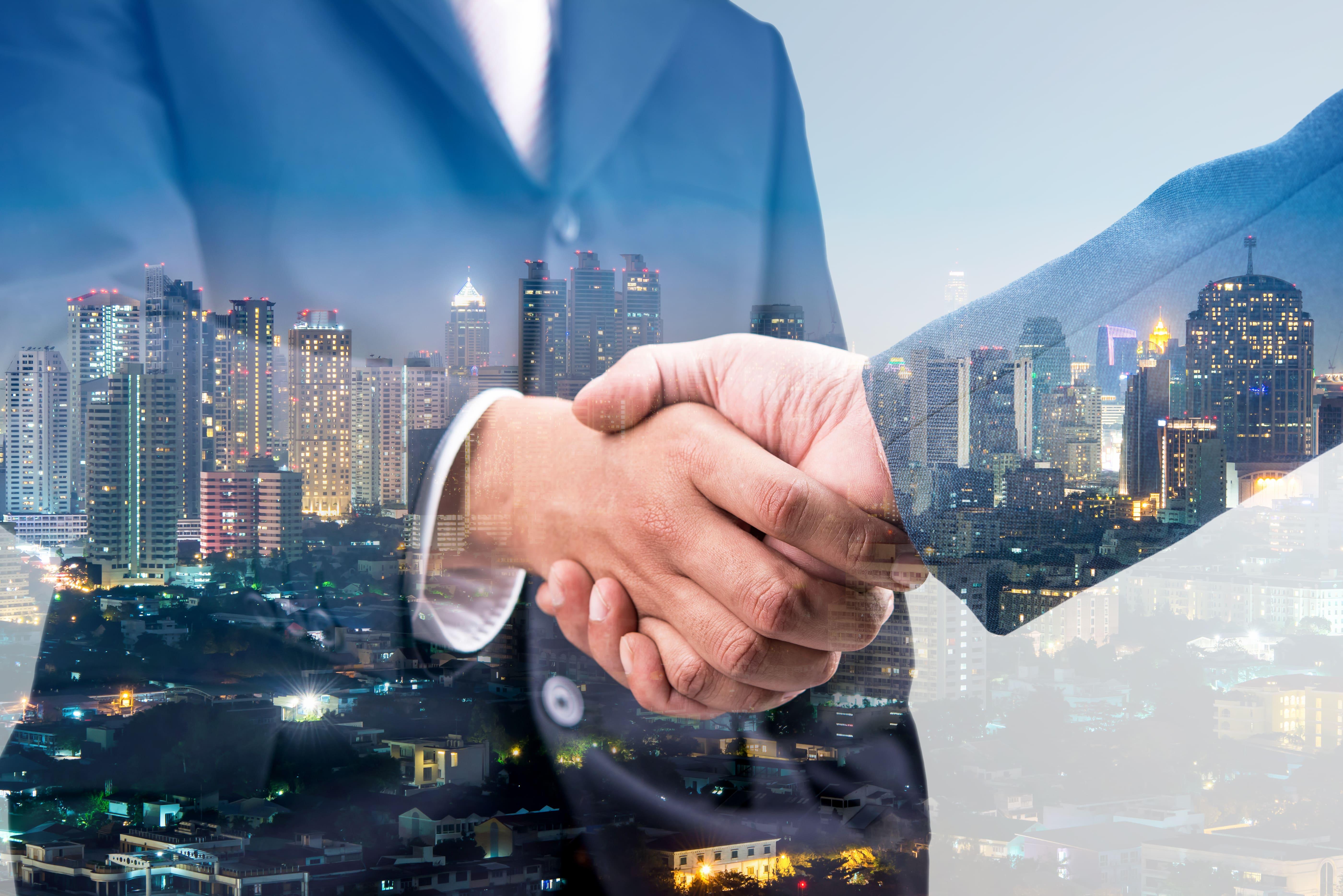 Imagem de duas pessoas apertando a mão para remeter aos empreendedores que desejam aplicar descontos saudáveis na sua empresa