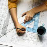 Arquiteta trabalhando em um projeto, representando a contabilidade para arquitetura