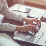 Mulher usando o notebook representando o uso do blog para contabilidade