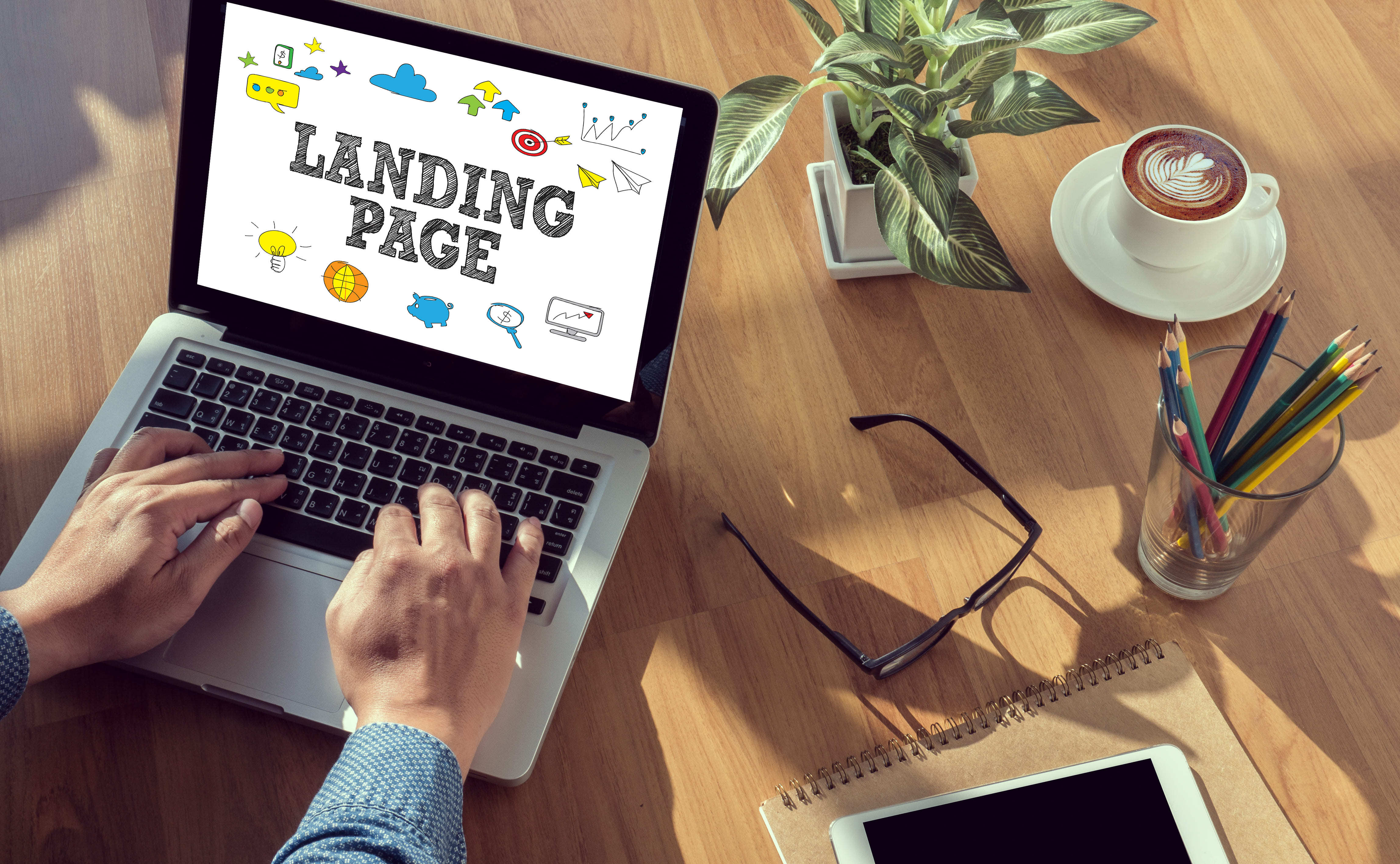 Imagem de um computador com a palavra página de conversão page para remeter a landing page na estratégia de marketing da sua empresa