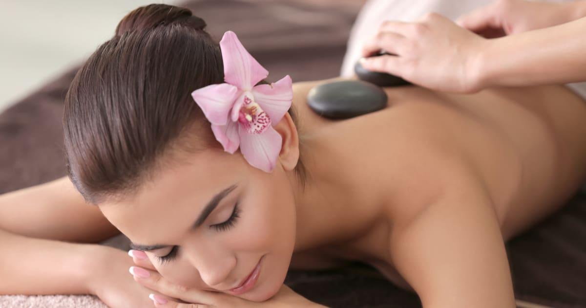 Imagem de uma mulher fazendo uma terapia para remeter quem vai abrir uma clínica de terapias orientais