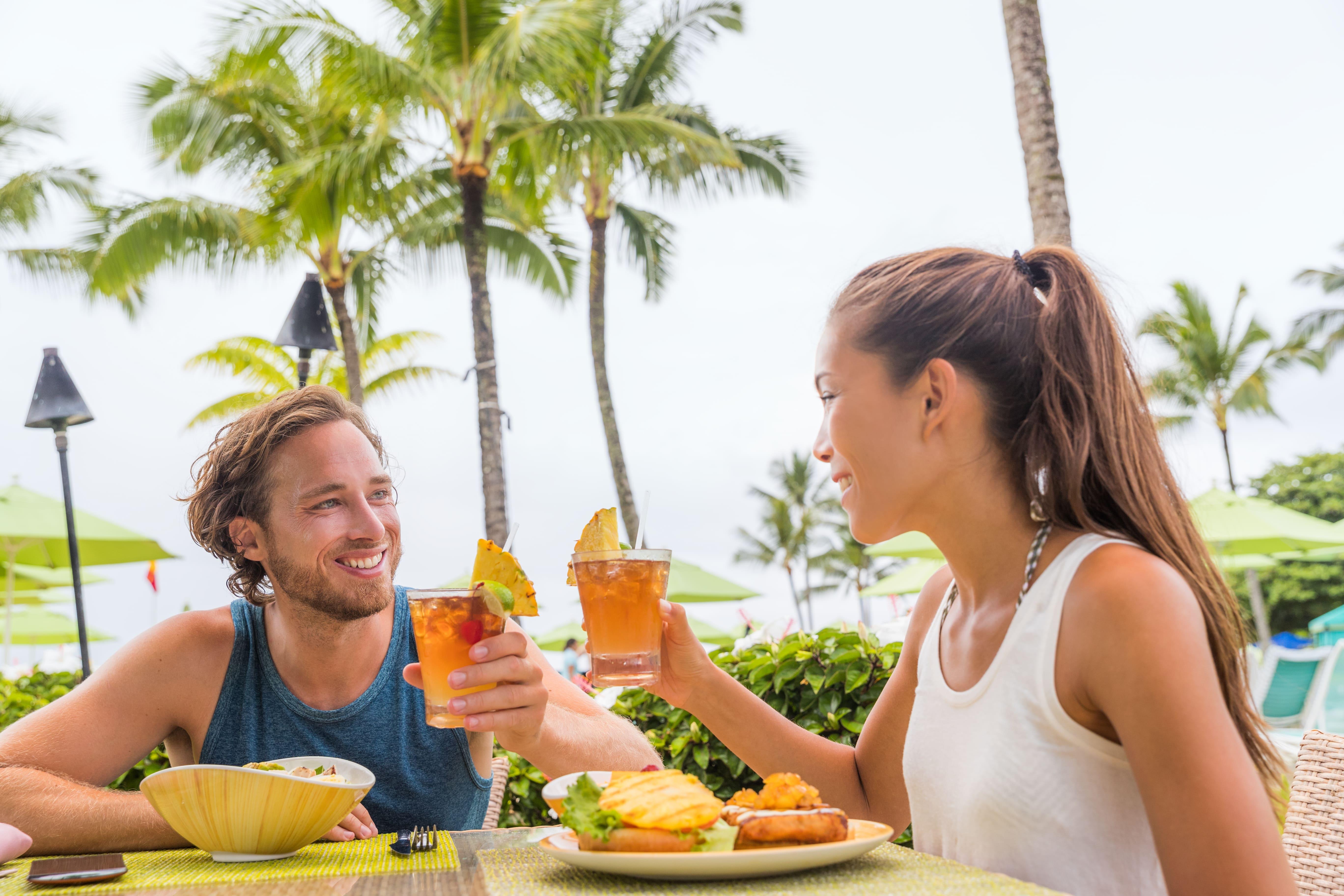 Imagem de um casal almoçando em um restaurante para remeter ao texto que aborda dicas de como abrir um restaurante havaiano