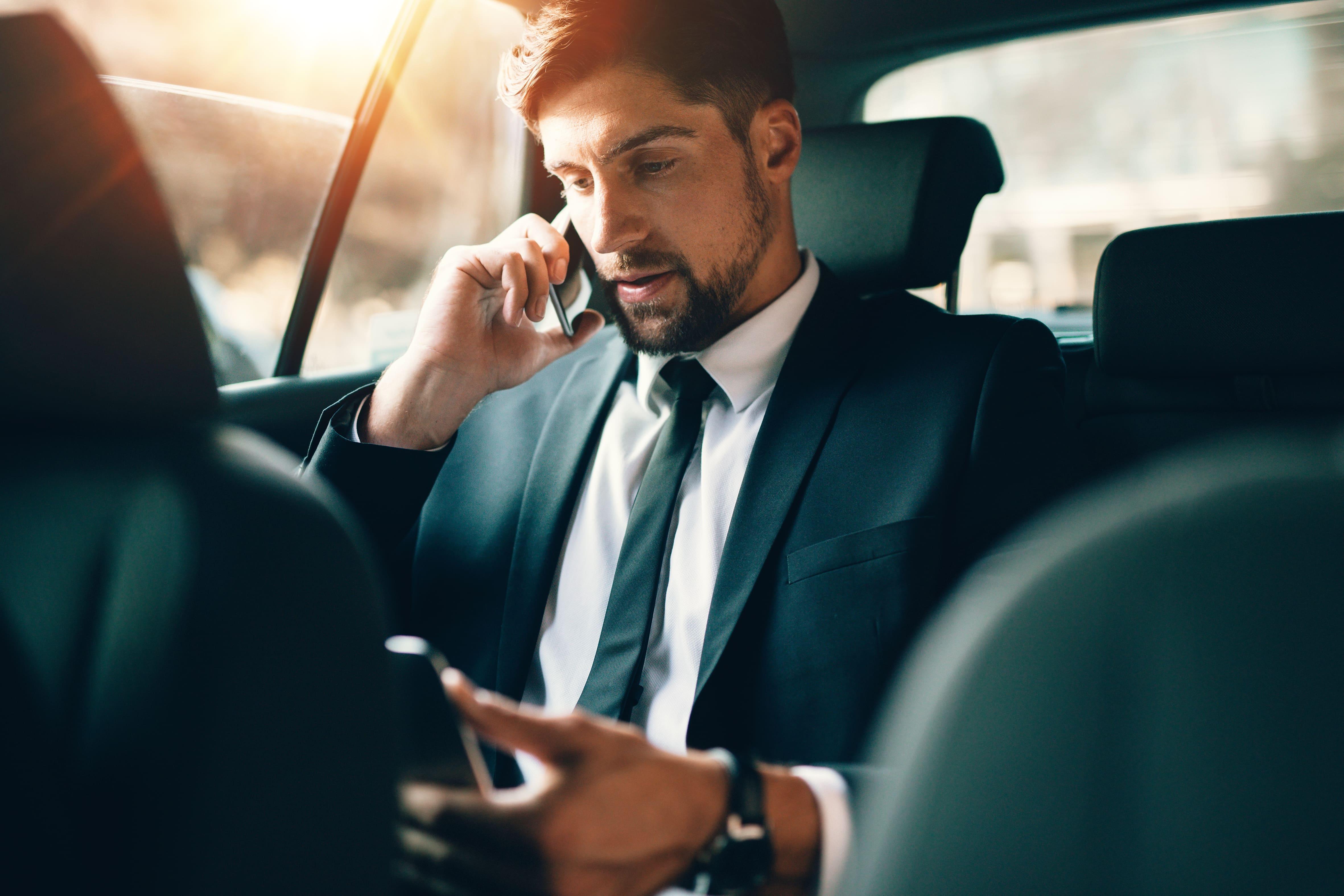 Imagem de um homem em um carro executivo para remeter quem deseja montar um serviço de transporte executivo