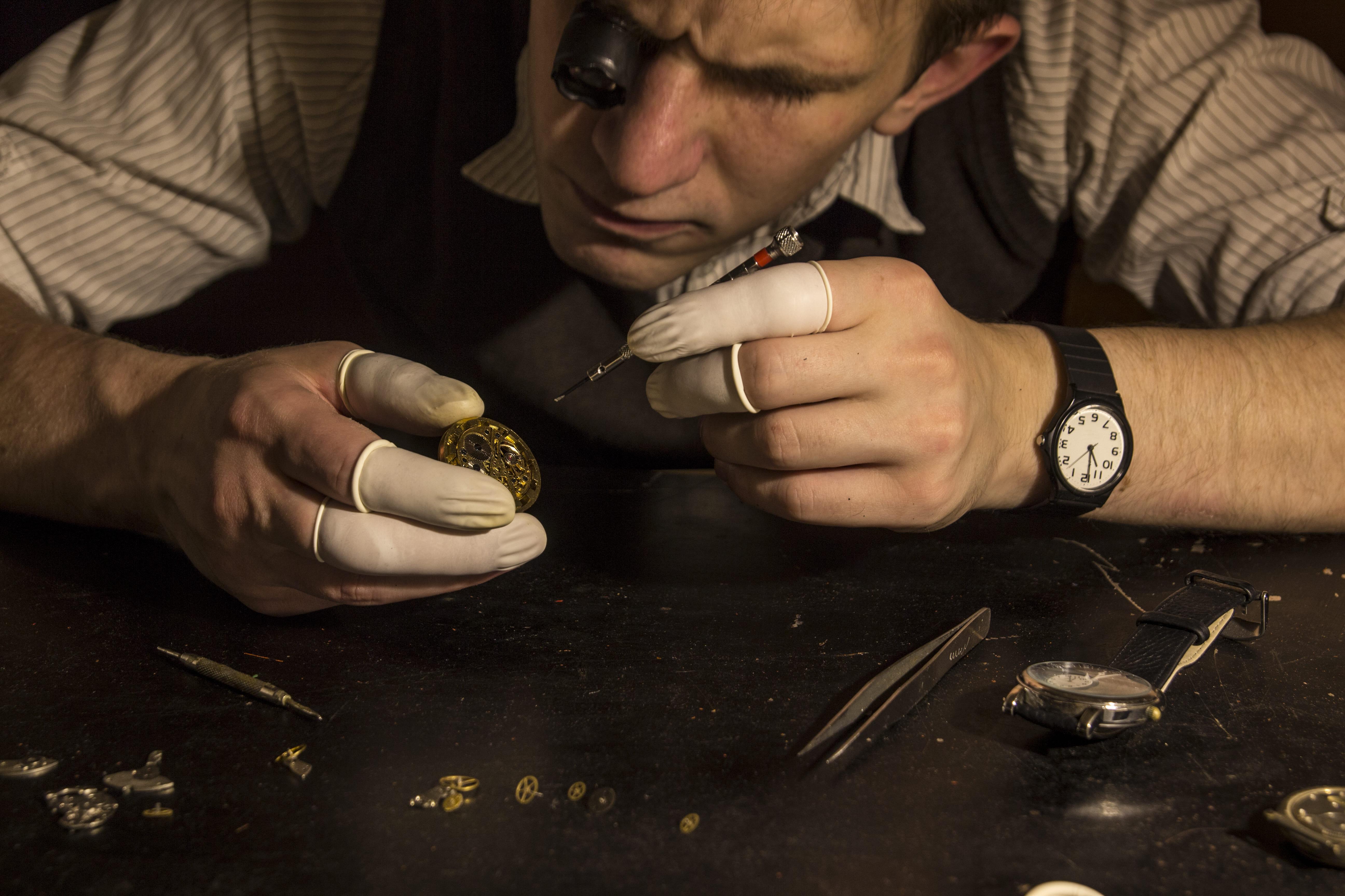 Imagem de um profissional trabalhando para remeter ao empreendedor que deseja abrir uma loja de conserto de relógios