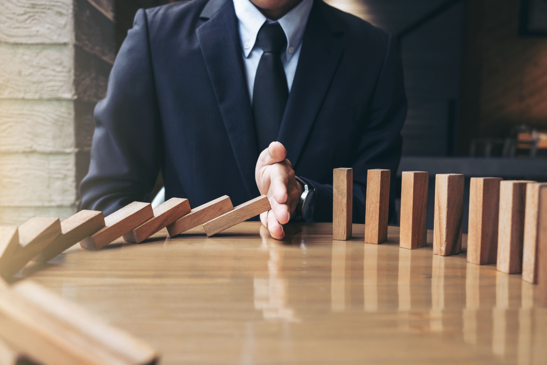 Imagem de um empreendedor fazendo uma barreira contra os problemas externos para remeter ao texto de proteção de patrimônio