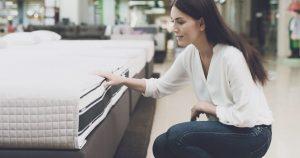 Imagem de uma mulher comprando um colchão para remeter ao empreendedor que vai abrir uma loja de colchões