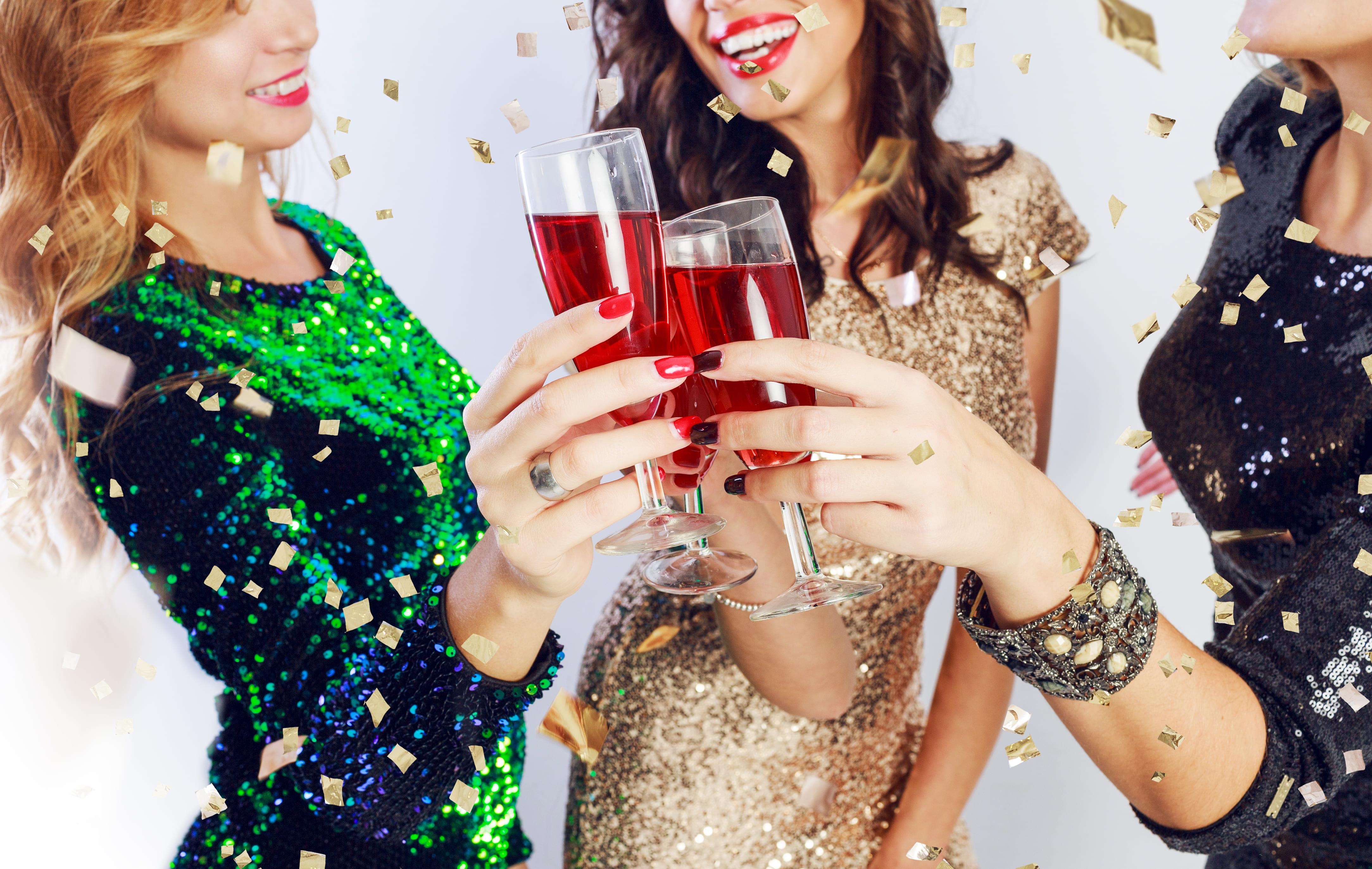Imagem de 3 meninas que vão em uma festa para remeter ao texto para abrir um ateliê de vestidos de festa