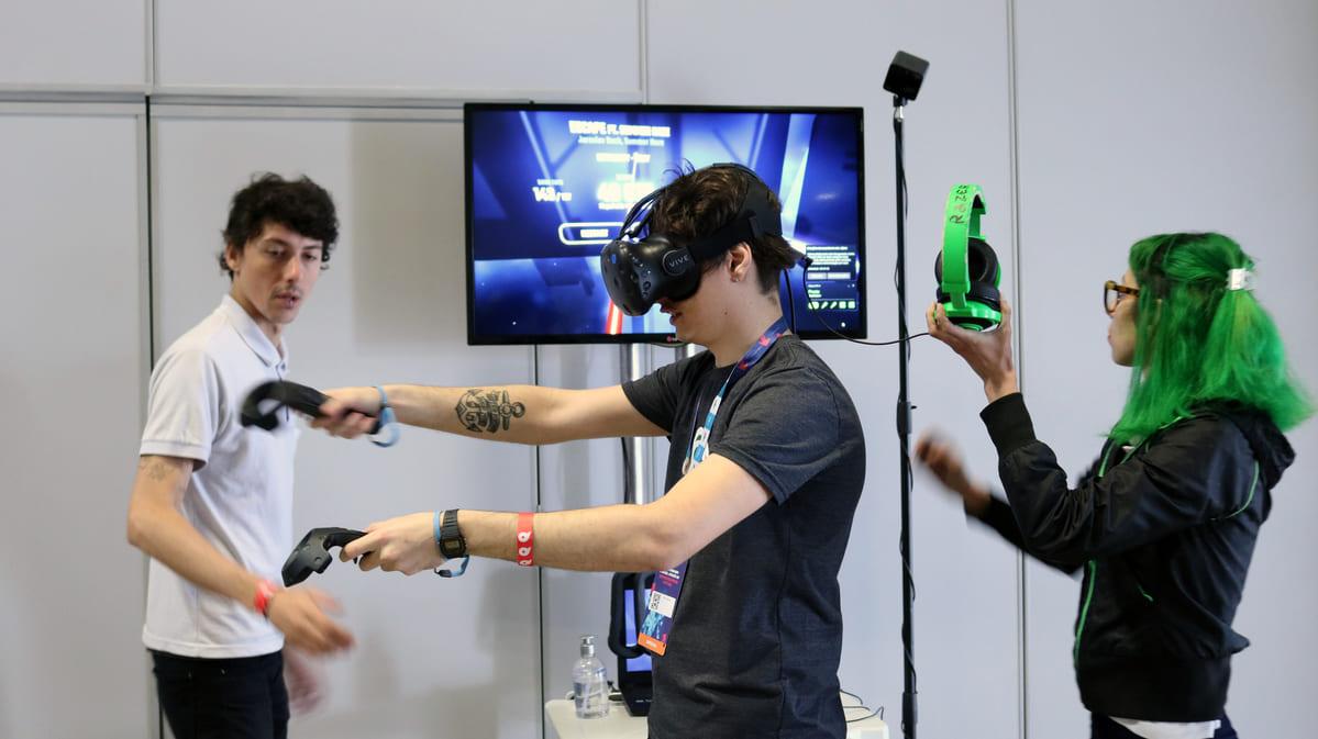foto de participante interagindo com o jogo de realidade virtual no nibo conference