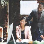 Imagem de 4 empresários que estão discutindo sobre o que é marketing de rede