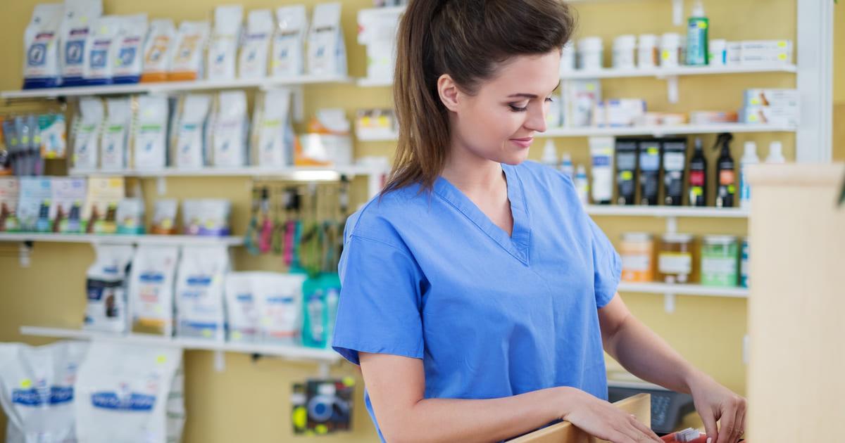 Imagem de uma empreendedora em sua loja para inspirar quem deseja abrir uma loja de produtos veterinários