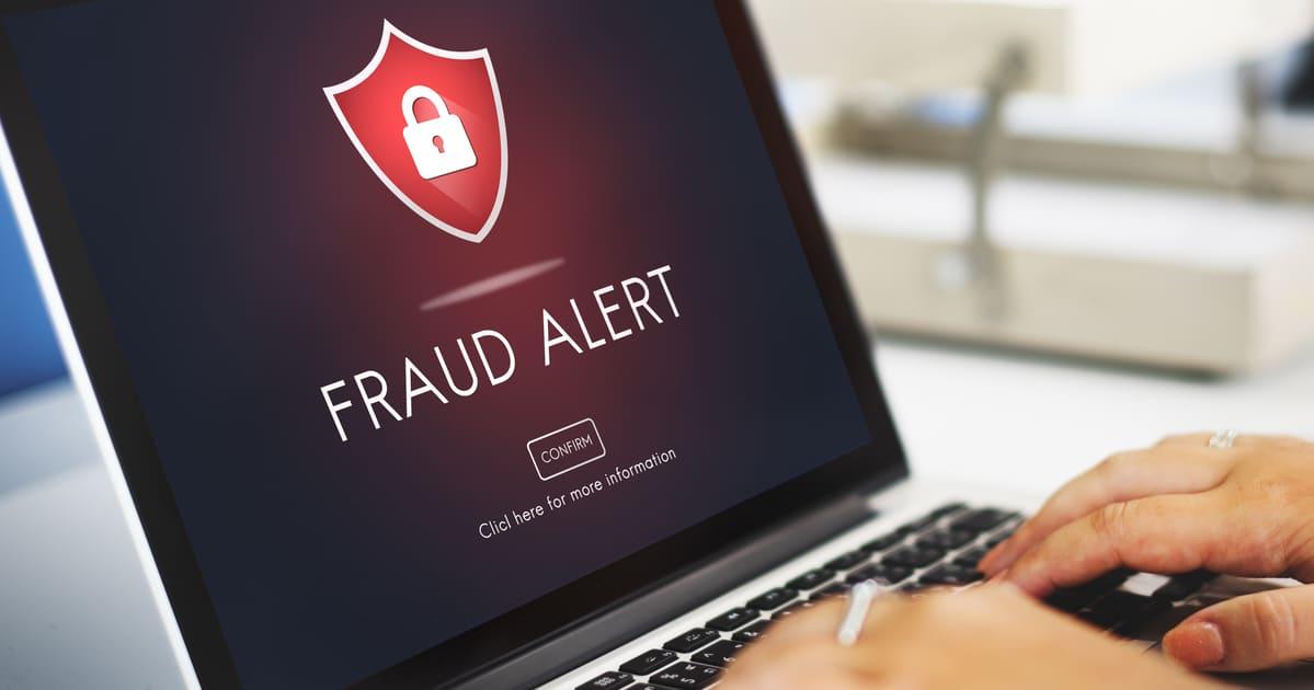 Imagem de um computador com alerta de fraude para remeter ao empreendedor que deseja proteger o seu e-commerce de fraudes