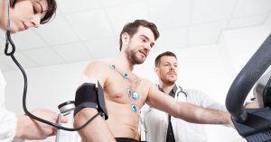 Imagem de um homem fazendo exames para inspirar quem deseja abrir uma clínica de saúde esportiva