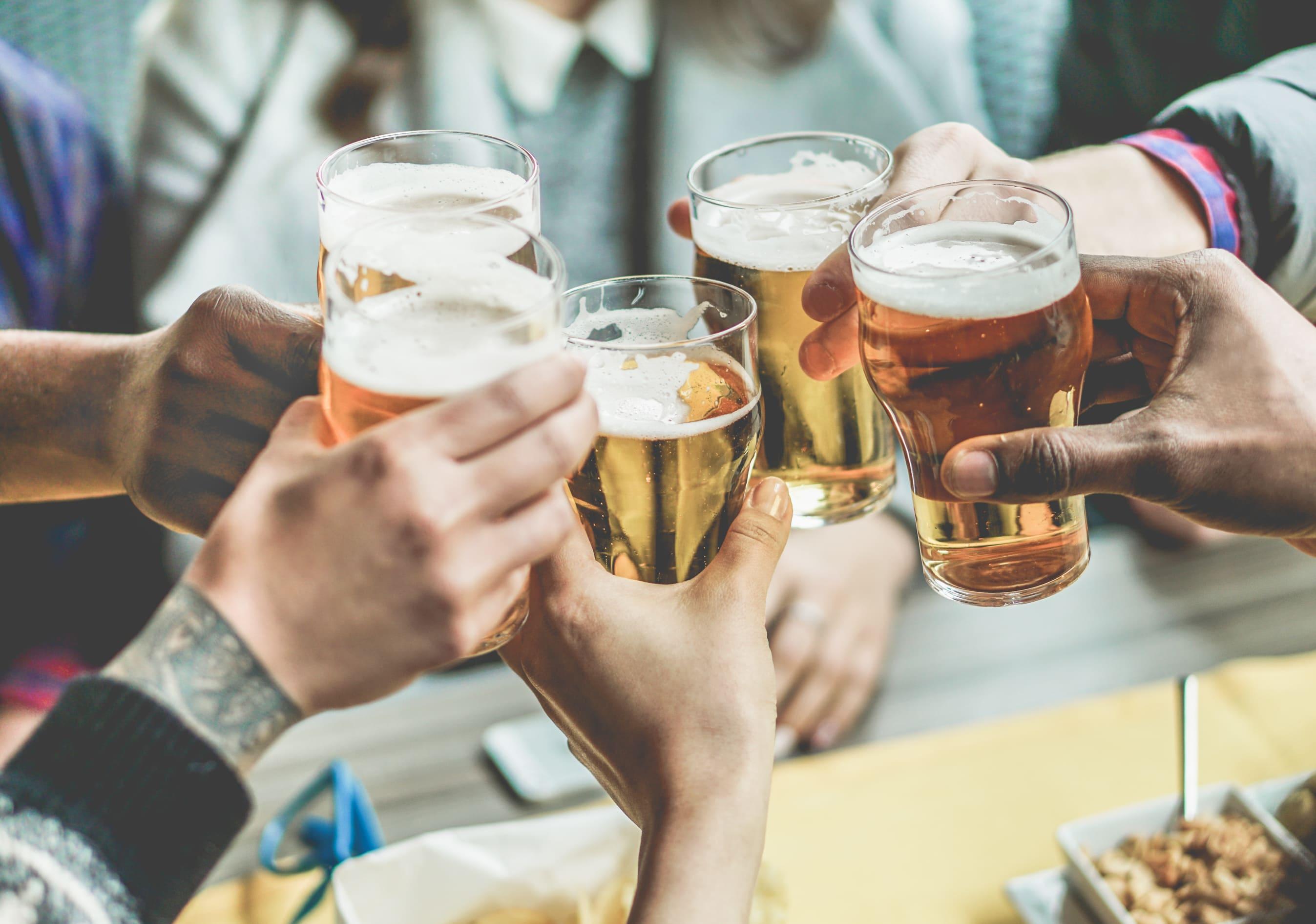 Imagem de uns amigos comemorando para remeter ao empreendedor que deseja abrir uma microcervejaria de sucesso