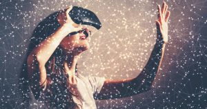 Imagem de uma mulher testando um óculos para inspirar quem deseja abrir uma empresa de realidade virtual