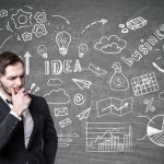 Imagem que mostra um homem pensando em como se tornar um contador empreendedor