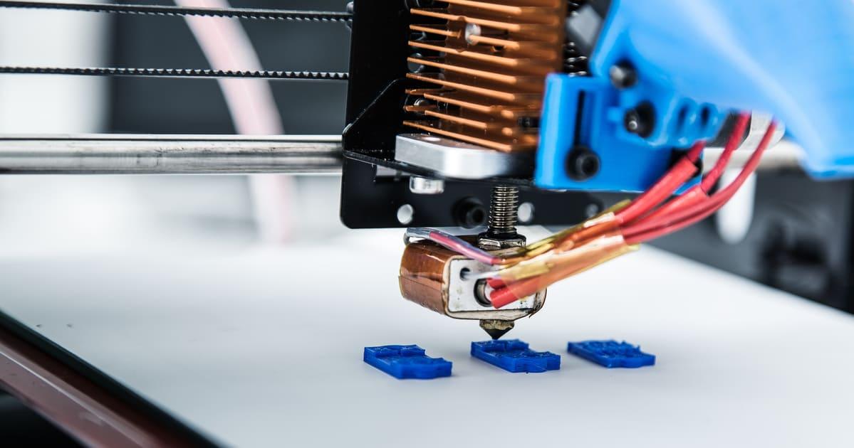 Imagens de uma impressora para remeter ao texto que aborda como abrir empresa de impressão 3D