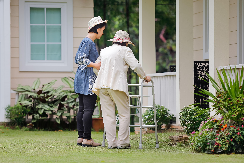 Imagem de uma enfermeira cuidando de uma senhora para remeter ao empreendedor que deseja montar um serviço de marido de aluguel