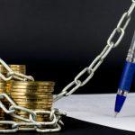 Imagem de um dinheiro preso em uma corrente para remeter ao caixa 2 nas empresas