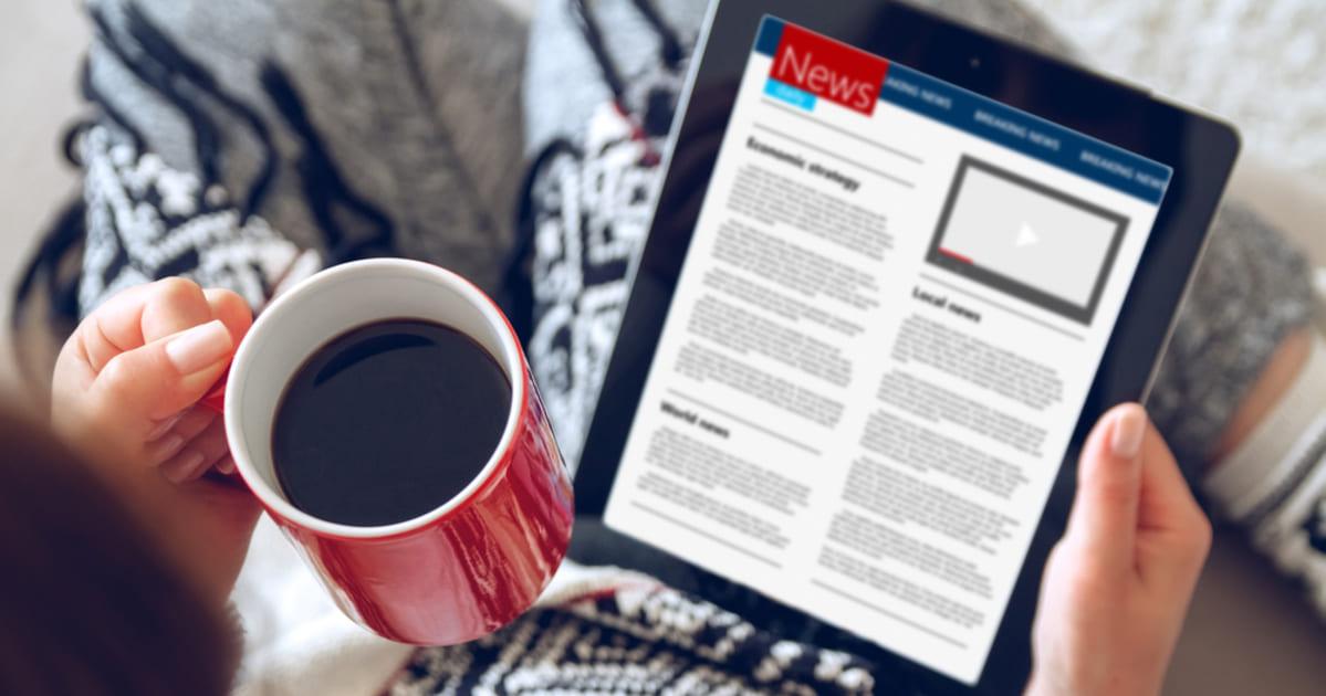 foto de uma pessoa lendo matérias para contadores em um tablet