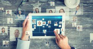 foto de uma pessoa mexendo em um tablet vendo sua rede de contatos, representando como fazer networking