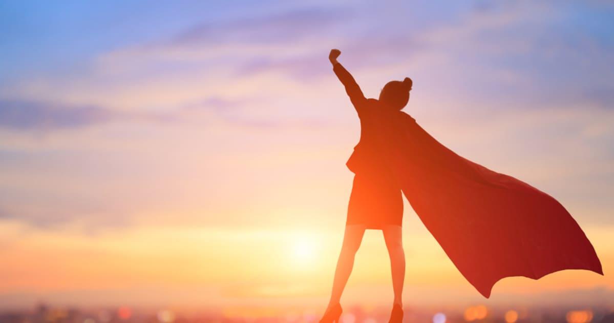 foto de uma mulher com capa, representando as mulheres mais poderosas de 2018
