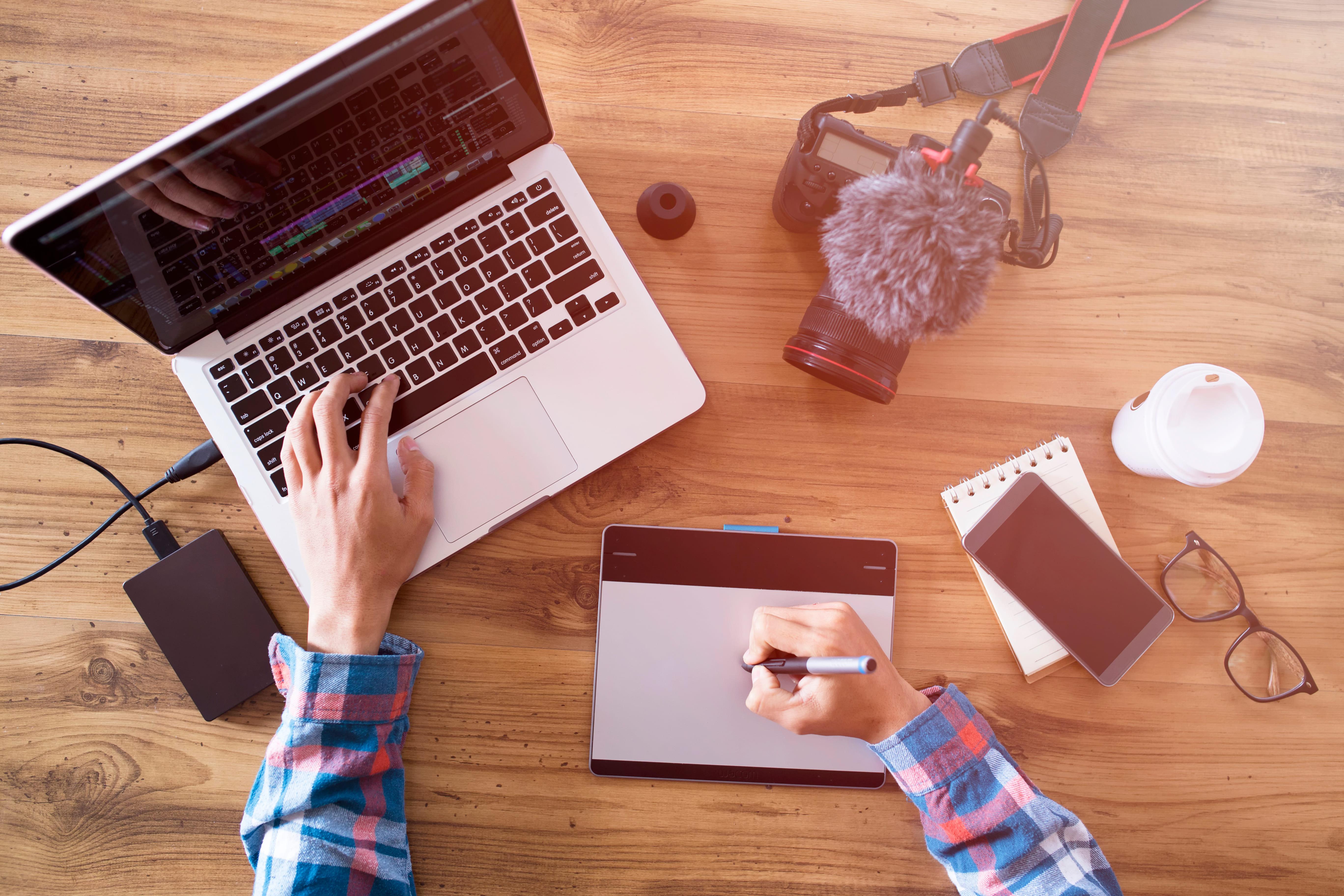 Imagem de um computador para remeter quem deseja montar uma editora