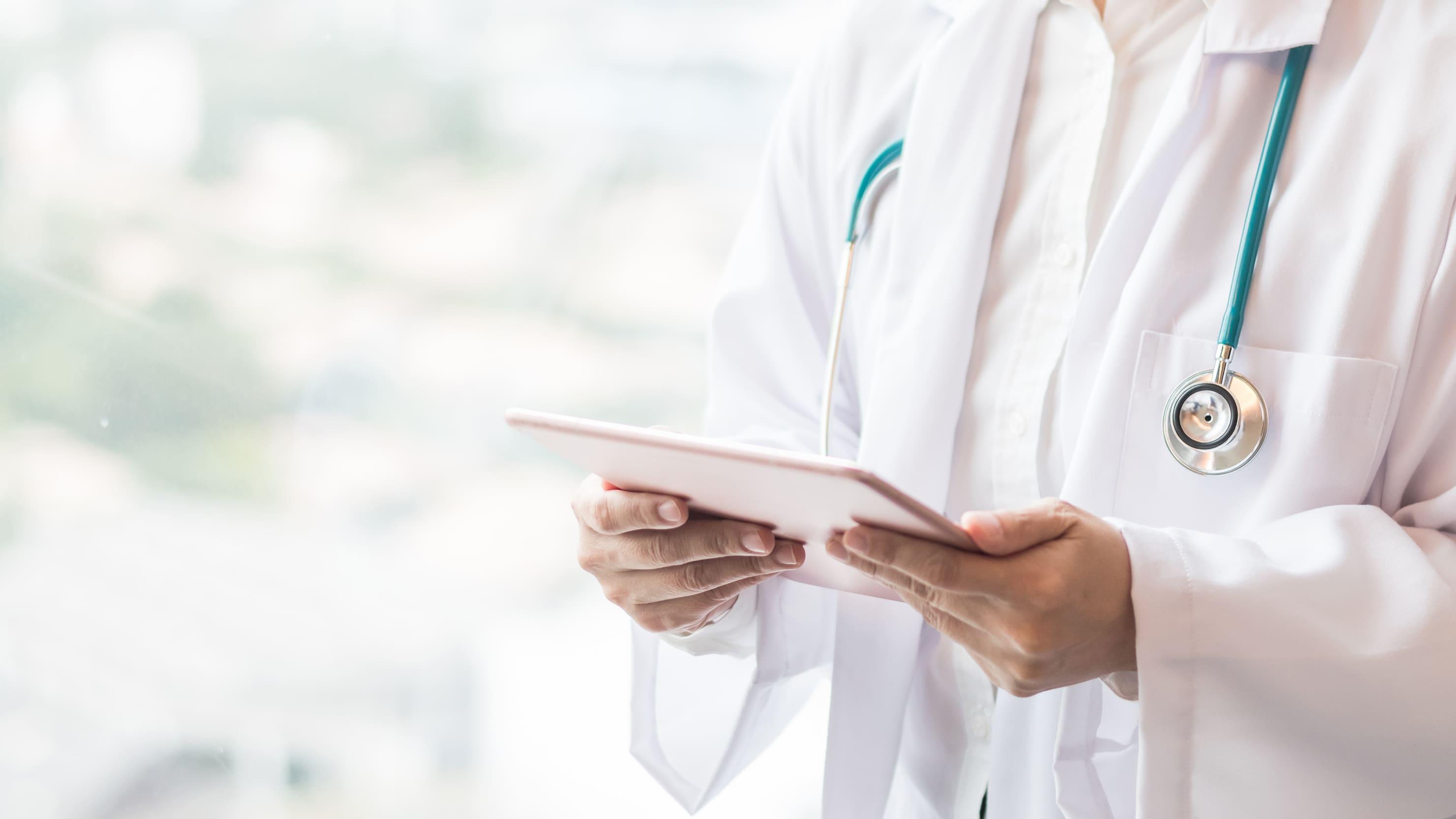 Imagem de uma doutora para remeter quem deseja abrir um consultório médico
