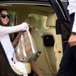 Imagem de uma mulher saindo de um carro para inspirar o empreendedor que deseja montar um serviço de transfers