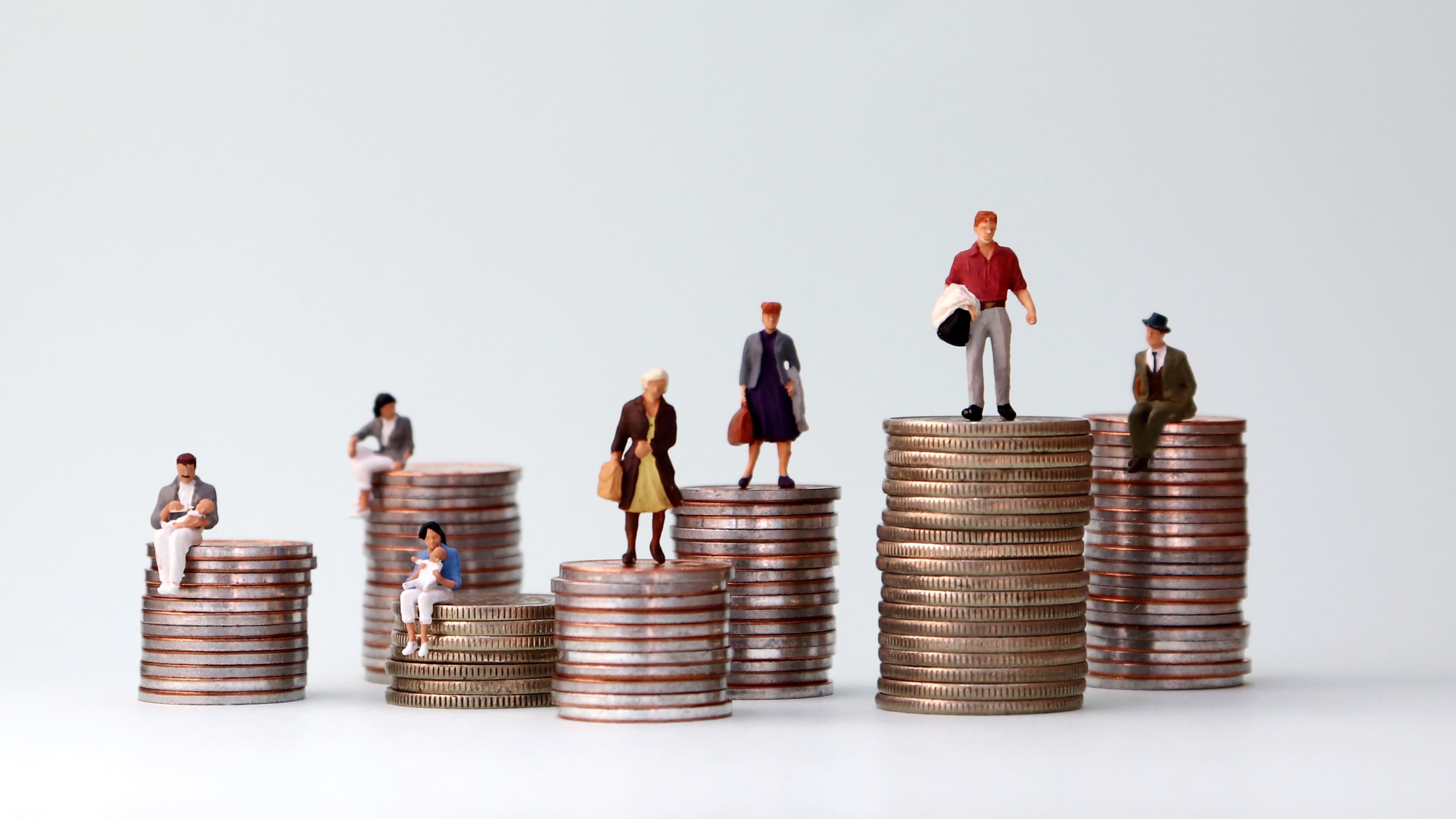 Imagem de pessoas em cima de moedas para remeter ao texto que fala sobre o que é política de preço